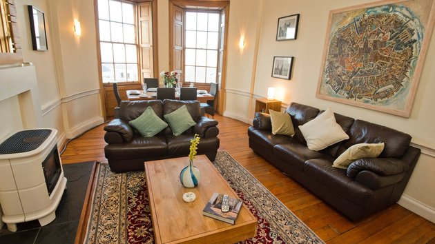 Balmoral view lounge - 3 bedroom Edinburgh Holiday rental apartment. (© innerCityLets)