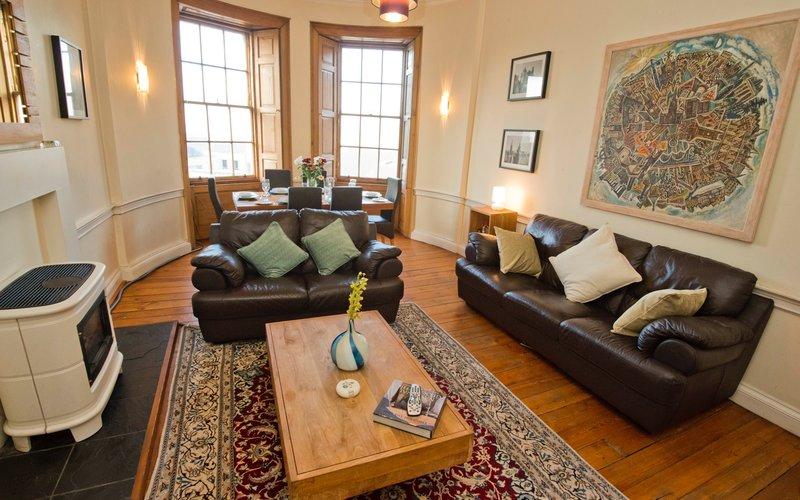 Balmoral view lounge - 3 bedroom Edinburgh Holiday rental apartment. (© innerCityLets)