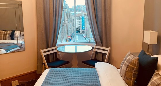 High Street (Royal Mile) 1 - Double bedroom at city centre Edinburgh holiday let