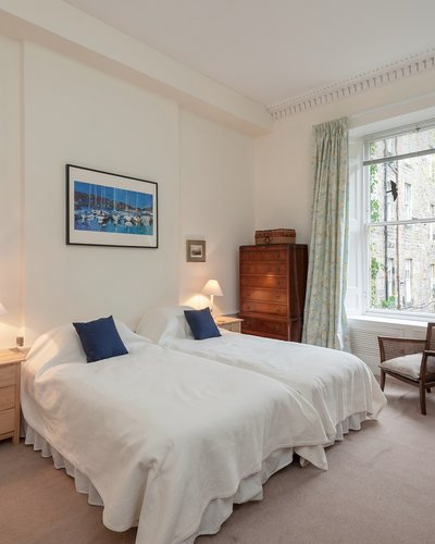 Hart Street No.2 3 - Large master bedroom with twin beds and plentiful guest storage