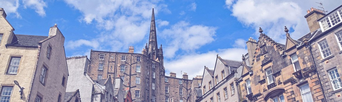 Beautiful Edinburgh - A beautiful day from Edinburgh's Grass market - with Reserve Apartments (© Copyright Pixabay.com)
