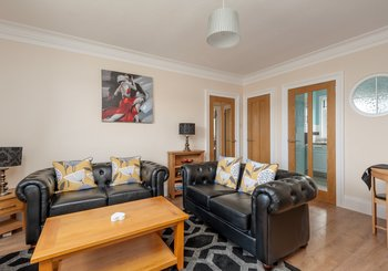FindlayGrdns-006 - Bright and spacious living room with comfortable sofas in Edinburgh holiday let