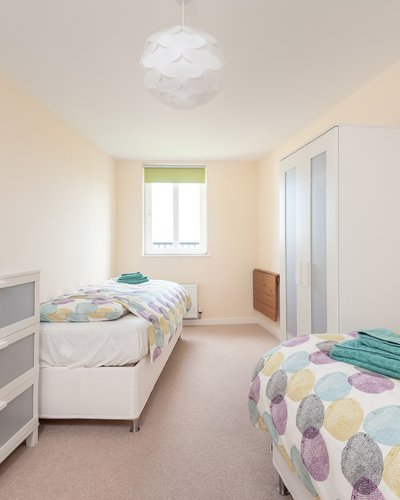 Newhaven Place 3 - Twin bedroom with ample guest storage in Edinburgh holiday let