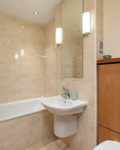 Holyrood Road 3 - Family bathroom with bath and overhead shower