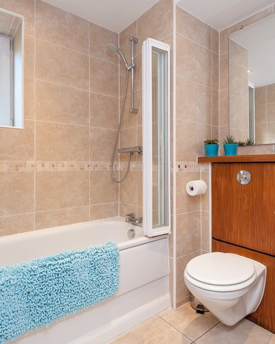 West Tollcross 2 - Large family bathroom with bath and overhead shower