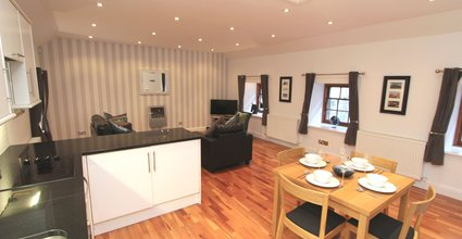 Quiet City Centre New Town Mews Flat With Parking - Kitchen & Dining Area