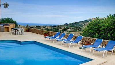 Swimming pool - Swimming pool with loungers, table and wonderful views