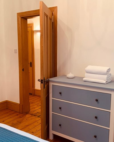 High Street (Royal Mile) 1 - Double bedroom with ample guest storage and wall mirror