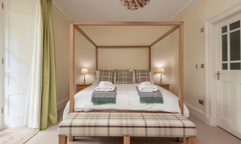 Master Bedroom - The bright king-sized master bedroom boats an en-suite shower room with luxurious underfloor heating. (© The Edinburgh Address)