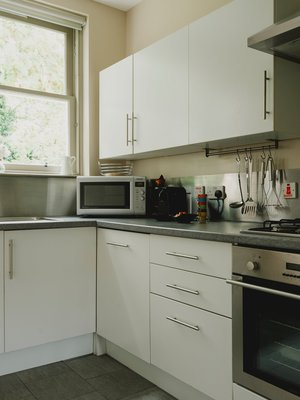 kitchen - Fully equipped kitchen with views to leafy gardens