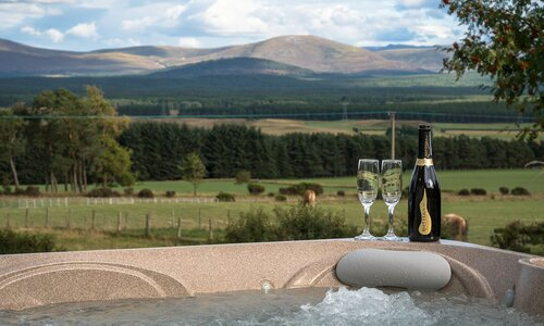 The Eagle's Nest - Cairngorms - Enjoy the stunning view from the hot tub at The Eagle's Nest in The Cairngorm National Park