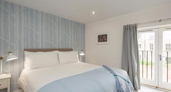 BroughtonPlaceLane-18 - Bright, master bedroom with kingsize bed in Edinburgh holiday let