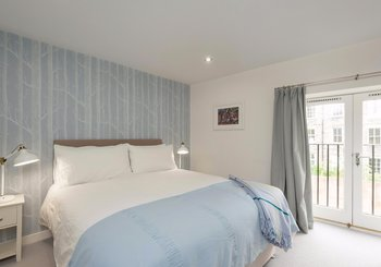 Bedroom - Bright, master bedroom with kingsize bed in Edinburgh holiday let