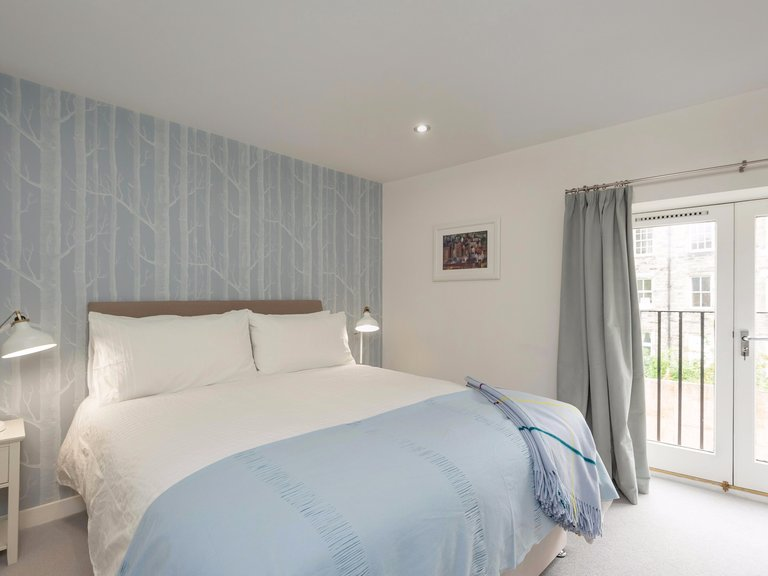 BroughtonPlaceLane-18 - Bright, master bedroom with kingsize bed in Edinburgh holiday let