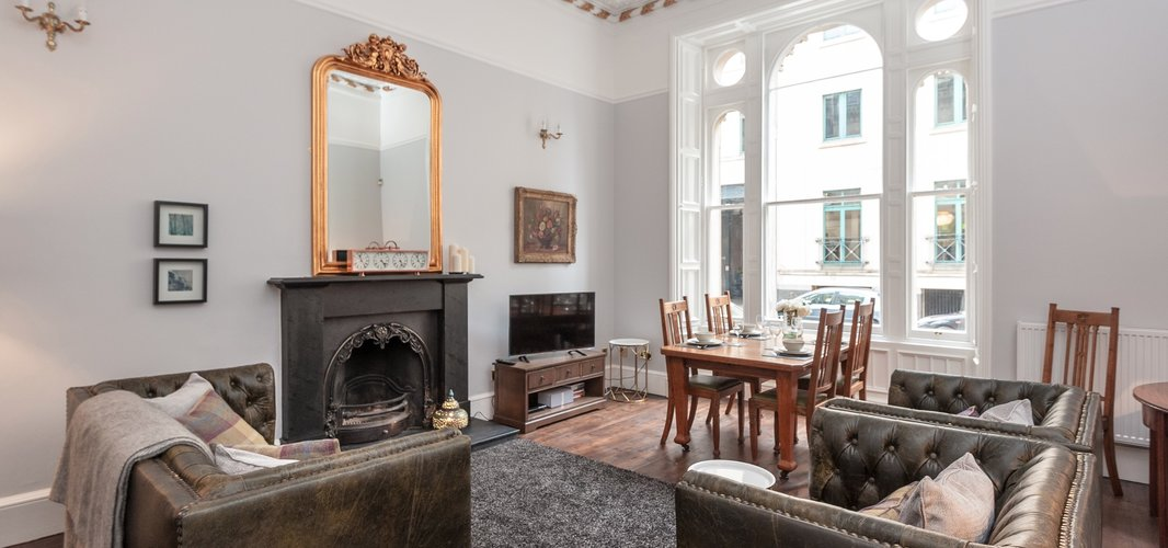 CornwallSt-3 - Spacious family living room with dining table in Edinburgh holiday let