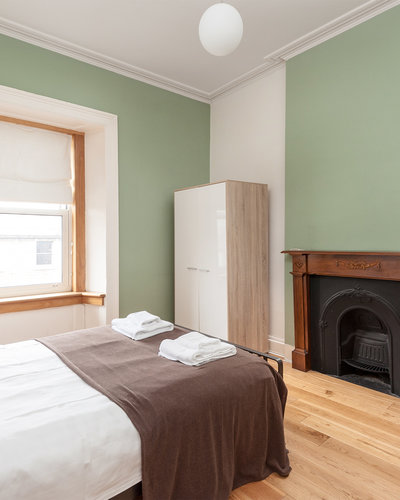 Lothian Road 3 - Double bedroom with traditional fireplace in Edinburgh holiday let
