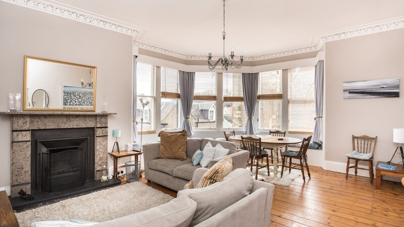 Scotts View North Berwick - Two bedroom centrally located apartment. Spacious sitting room with open fire