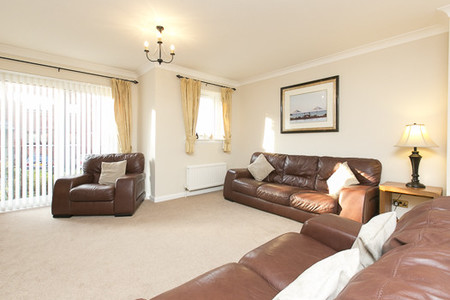 Spacious sitting room - Spacious sitting room with leather sofas