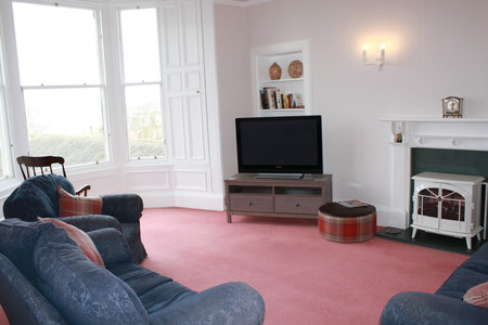 Three bedroom apartment in North Berwick - Spacious sitting room with views across to Craigleith Island