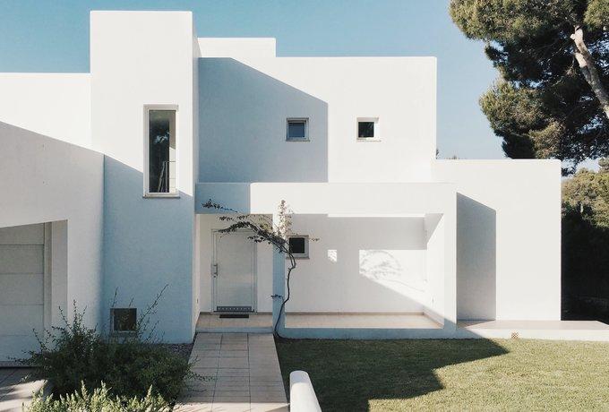 Villa facade - Modern design, unique layout, captures the imagination. (© https://www.pexels.com)