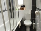 A modern bathroom with bath, shower and toilet completes this apartment.  (© AJEM Self Catering Edinburgh)