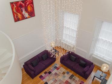 Living Area - This historic property has a wonderfully bright living area. (© The Edinburgh Address)