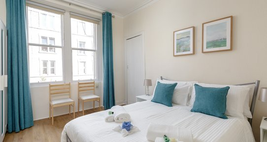 Downfield Place 1 - Bright, spacious master bedroom in Edinburgh holiday let