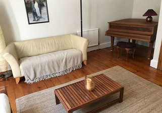Leslie_place_-_Living_room_with_piano
