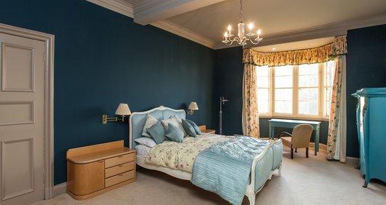 Ramsay Garden 1 - Luxurious, spacious master bedroom in Edinburgh holiday let