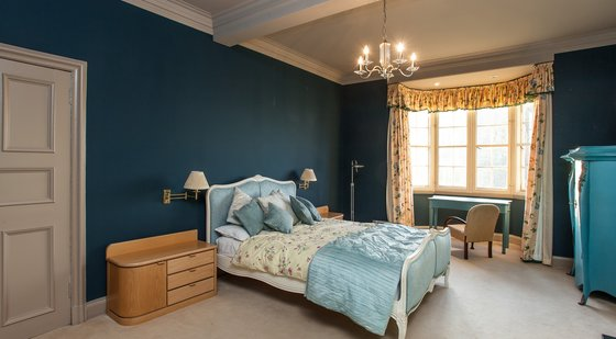 Ramsay Garden 1 - Luxurious, spacious master bedroom in Edinburgh holiday let