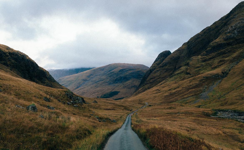 Scottish road trip (© by LoboStudio Hamburg @lobostudiohamburg on Unsplash)