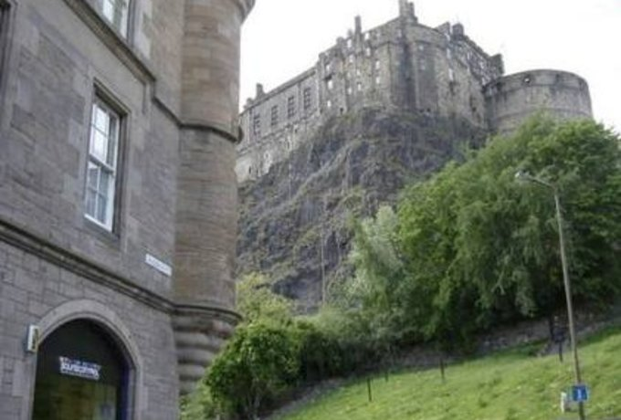caste_no1gm - The apartment is situated next to Edinburgh Castle