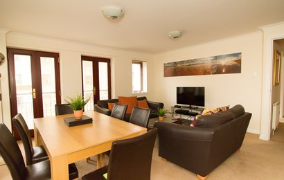 High Riggs (Tollcross) 1 - Family living and dining area in Edinburgh holiday let