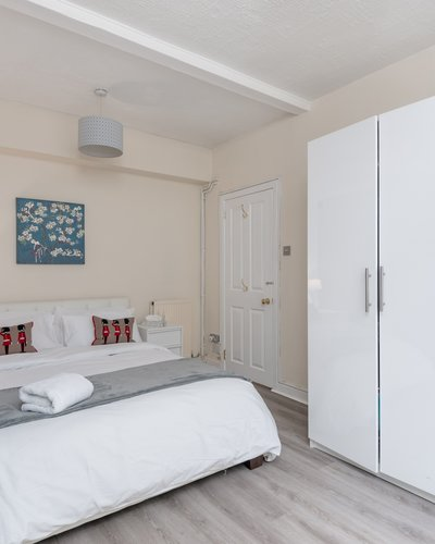 Cumberland Street No.1 3 - Double bedroom with plentiful guest storage