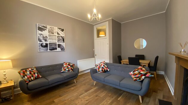 Lounge - 2 Bedroom Edinburgh Holiday let on the Royal Mile in Edinburgh city centre. (© innerCityLets.com)