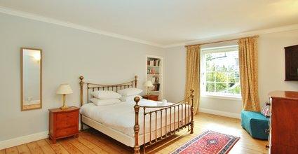 Spacious 2 Bed Apartment in Stockbridge - Master Bedroom