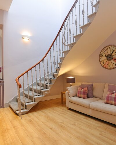 1V7A9360 - Grand sweeping staircase in Edinburgh holiday rental.