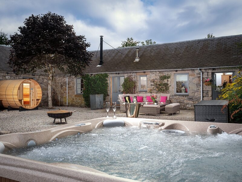 The Eagle's Nest - hot tub lodge
