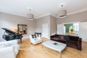 Albany Street drawing room - The drawing room in this luxury holiday property is fantastic, a spacious entertaining space for those family celebrations and holidays in Edinburgh.