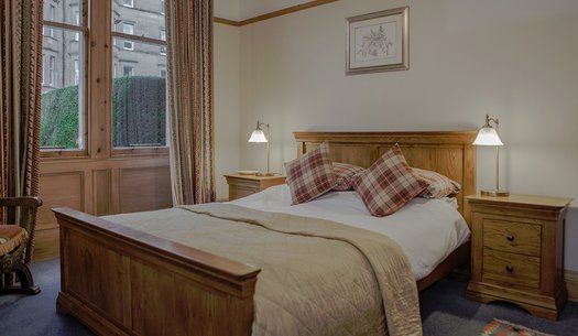 Master Bedroom - Large windows, a King-sized bed and comfortable furnishings make this bedroom incredibly warm and welcoming. (© The Edinburgh Address)