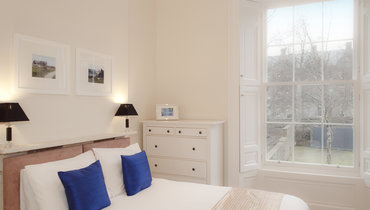 Bedroom with En-Suite - Bright and relaxing bedroom with en-suite bathroom. (© The Edinburgh Address)