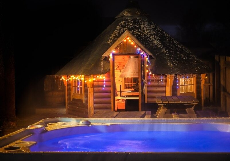 Aviemore Lodges - The BBQ cabin and hot tub at The Shambles