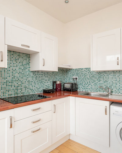 Lothian Road 2 - Fully furnished family kitchen with decorative tiling