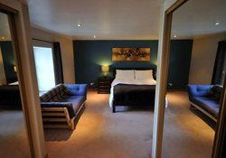 Kingsize/family bedroom with ensuite