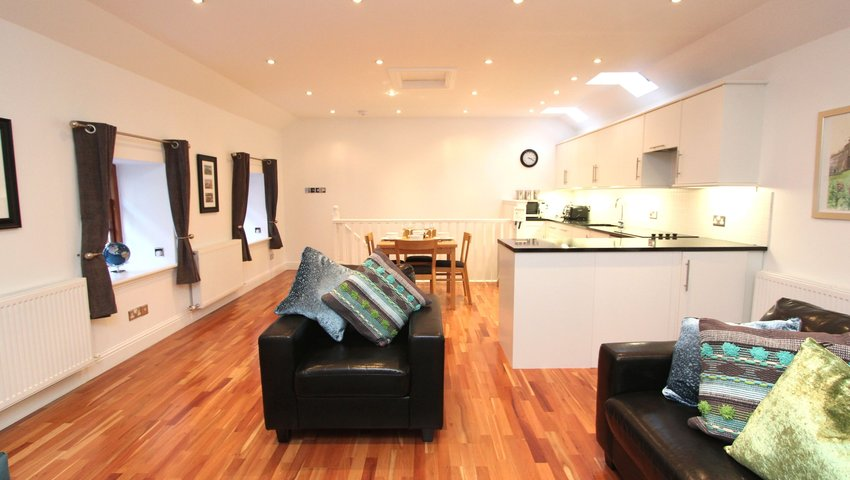 Quiet City Centre New Town Mews Flat With Parking - Upstairs Living Area