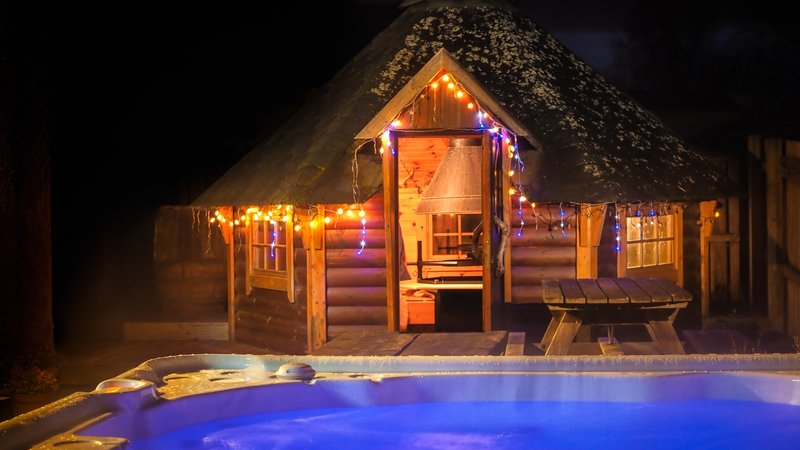 Lodges with hot tubs in Scotland - The hot tub and BBQ Hut at The Shambles in Aviemore